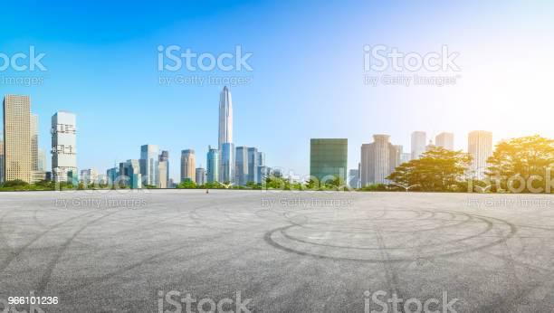 Quadratische Asphaltstraße Und Moderne Stadt Skyline Panorama In Shenzhen Stockfoto und mehr Bilder von Architektur