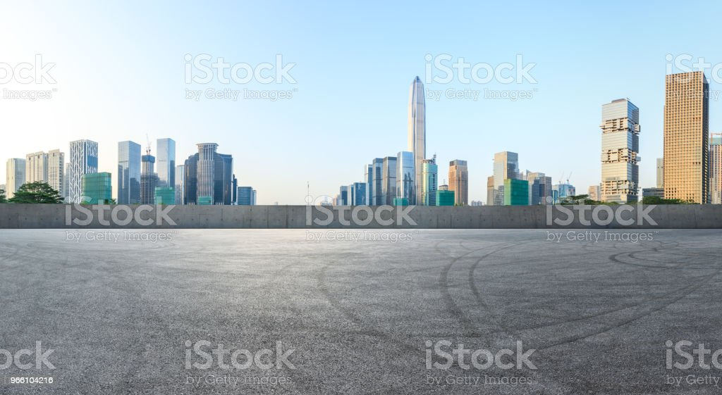 Fyrkantig asfaltvägen och moderna city skyline panorama i Shenzhen - Royaltyfri Arkitektur Bildbanksbilder