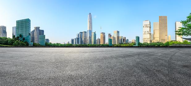 Asphalt Square Road And Modern City Skyline Panorama In Shenzhen — стоковые фотографии и другие картинки Автострада