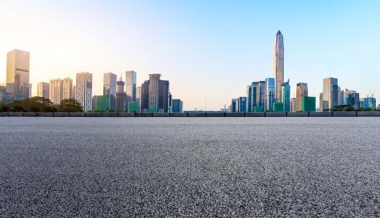 Asphalt Square Road And Modern City Skyline Panorama In Shenzhen - Fotografias de stock e mais imagens de Alfalto