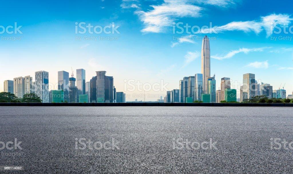 Vierkante asfaltweg en moderne stad skyline panorama in Shenzhen - Royalty-free Achtergrond - Thema Stockfoto
