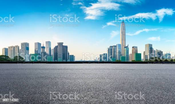 Vierkante Asfaltweg En Moderne Stad Skyline Panorama In Shenzhen Stockfoto en meer beelden van Achtergrond - Thema