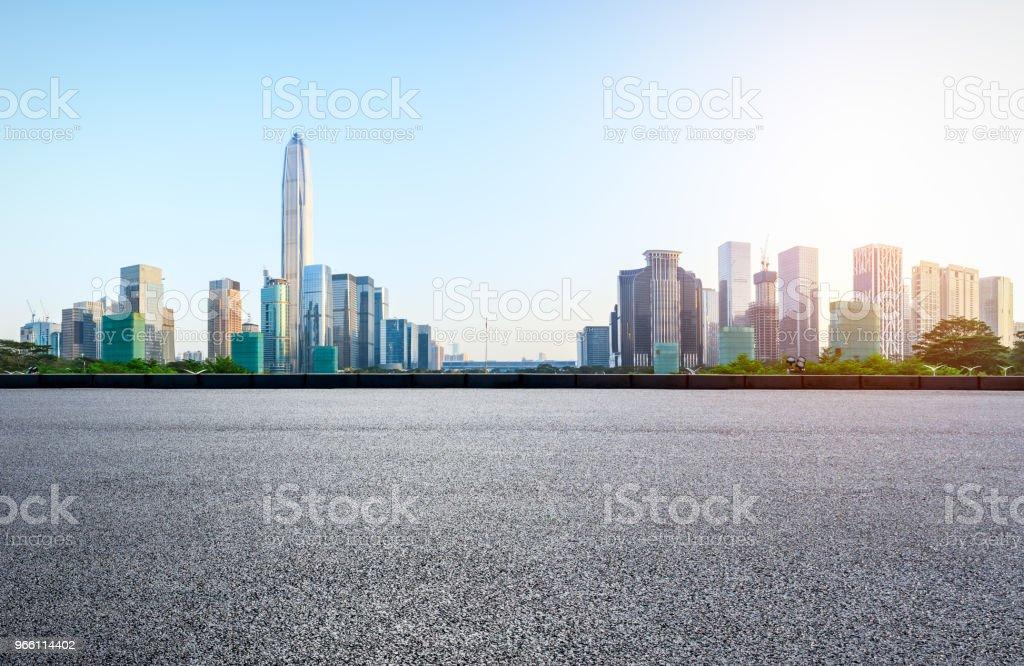 Асфальтовая квадратная дорога и современная панорама горизонта города в Шэньчжэне - Стоковые фото Автострада роялти-фри