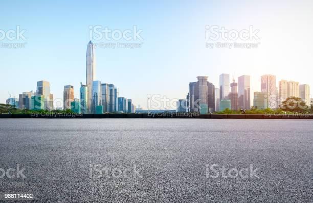 Асфальтовая Квадратная Дорога И Современная Панорама Горизонта Города В Шэньчжэне — стоковые фотографии и другие картинки Автострада