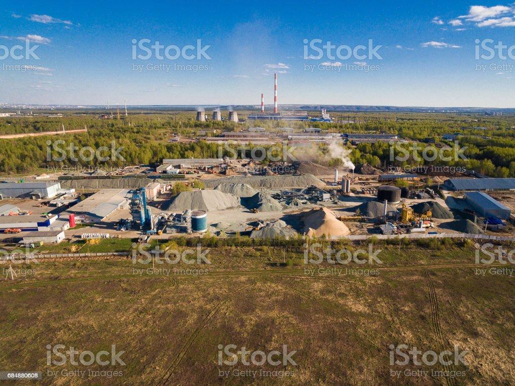 Asphalt-Beton-Anlage im Feld unter den Wäldern. Luftbild Lizenzfreies stock-foto