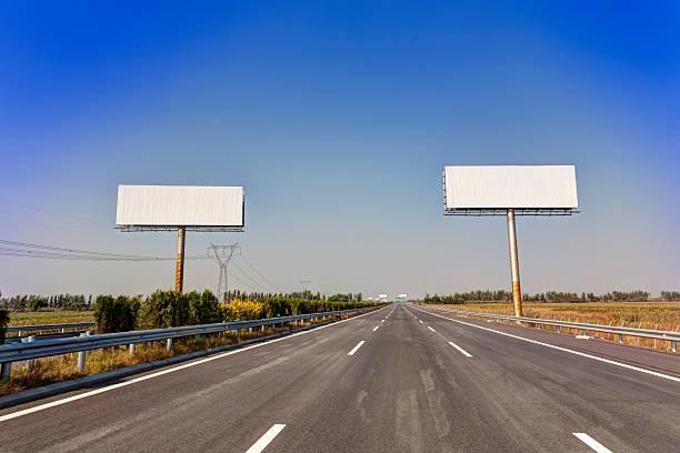 asphalted highway mit billboard - trennungssprüche stock-fotos und bilder