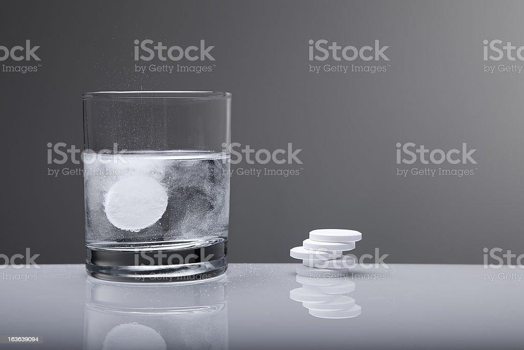 Aspirin paracetamol Tablette Spritzendes Wasser in Glas Wasser – Foto