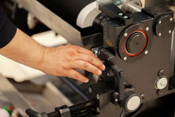 Montage von Metallteilen auf Druckmaschine – Foto