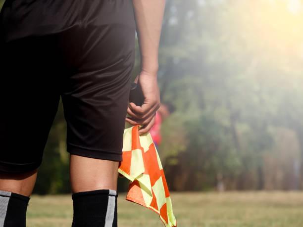 Arbitre assistant ou monteur de football ou soccer tenant drapeau - Photo