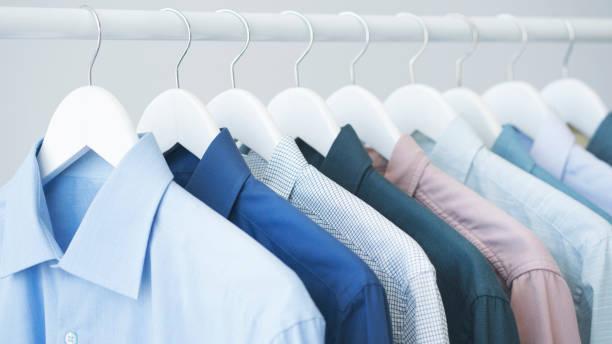 Sortierten blauen Hemden hängen Holzbügel – Foto