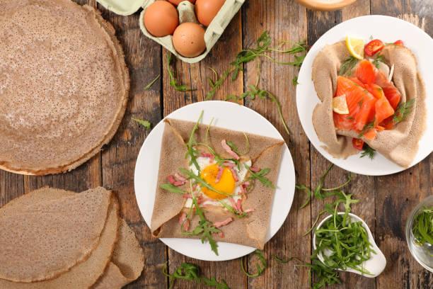 sortierte buchweizen crêpe - buchweizenpfannkuchen stock-fotos und bilder