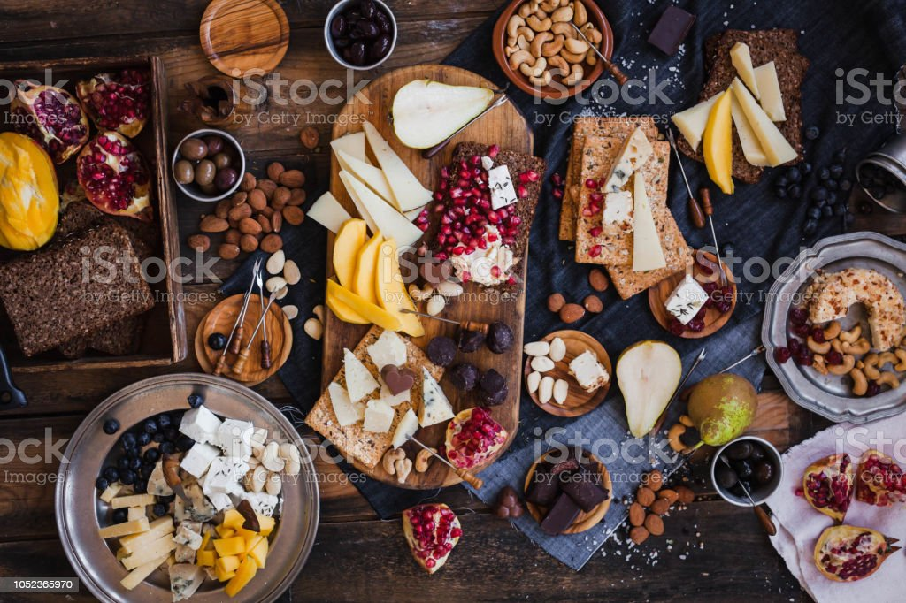 Assorted cheeses fruits nuts platter - foto stock