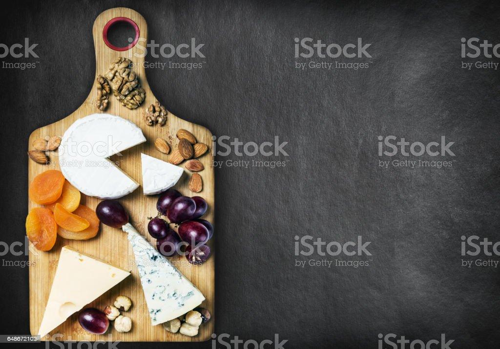 verschiedene Käsesorten, Nüssen und getrockneten Früchten – Foto