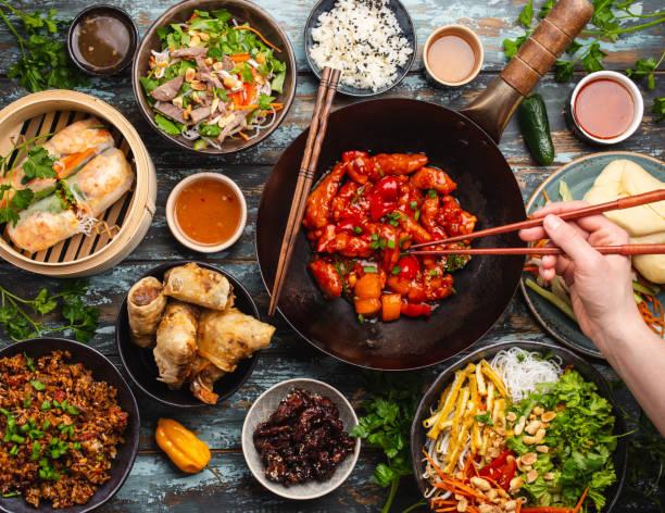 diverse chinese gerechten - thai food stockfoto's en -beelden