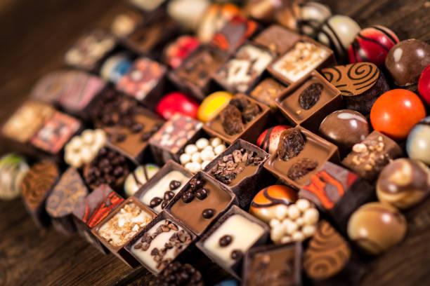 Verschiedene Schokoladenpralinen auf dem Holzhintergrund – Foto
