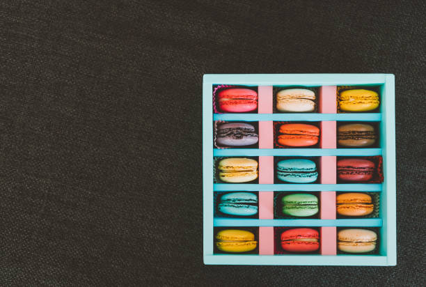 Assorted colorful sweet macaroons in box - foto stock
