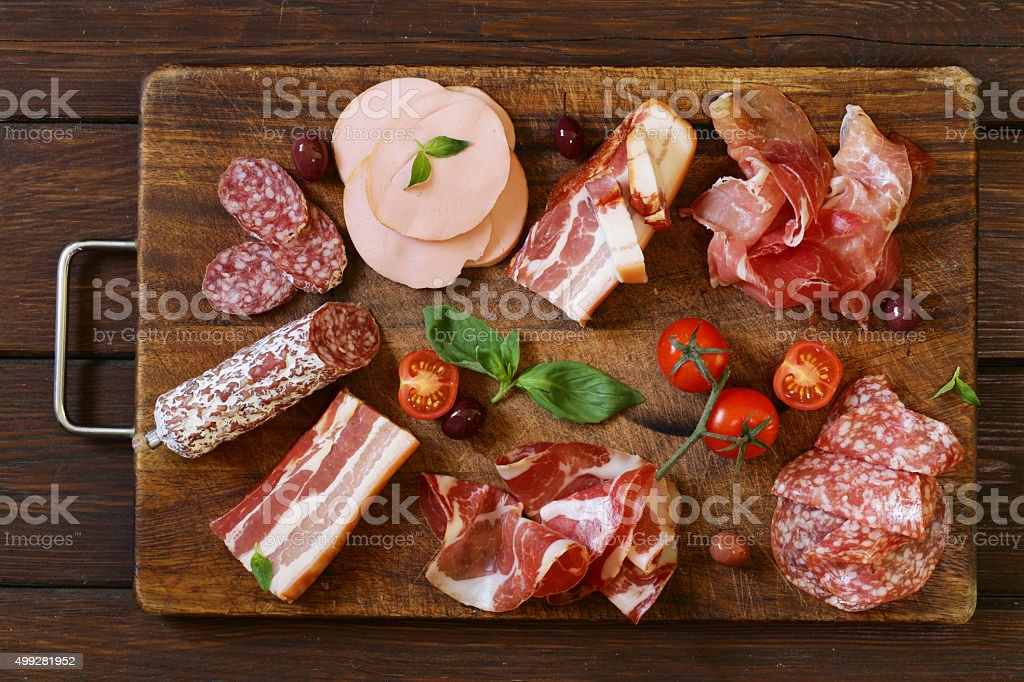 Un assortiment de charcuterie, salami, jambon, saucisse, bacon, jambon de Parme, - Photo