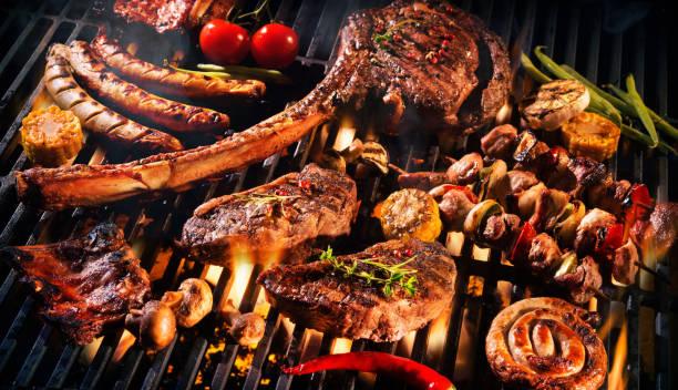 surtido de deliciosa carne a la parrilla en una barbacoa - grilling fotografías e imágenes de stock