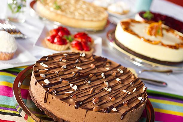 auswahl an desserts - schokoladen käsekuchen törtchen stock-fotos und bilder