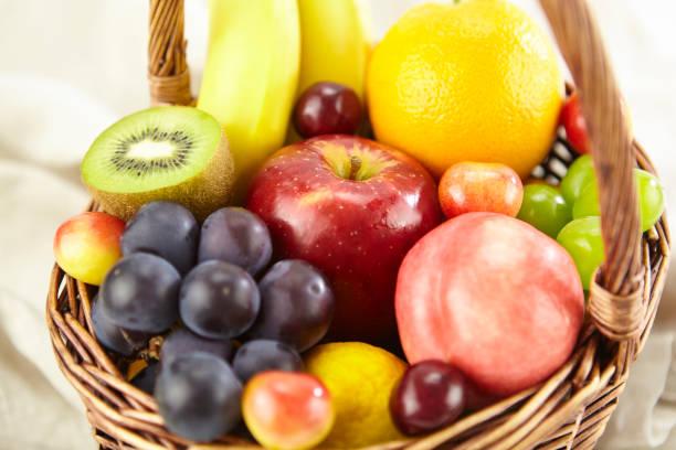 バスケットに新鮮なフルーツの盛り合わせ - 果物 ストックフォトと画像