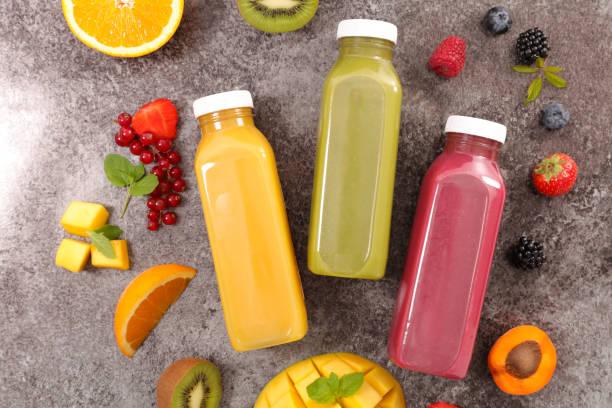 geassorteerde vruchtensap - sapjes stockfoto's en -beelden