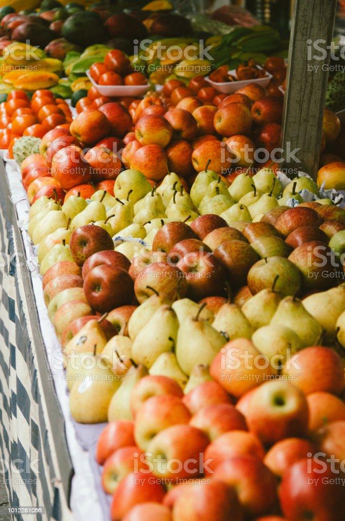 frutas sortidas expostas na tenda do mercado livre - foto de acervo