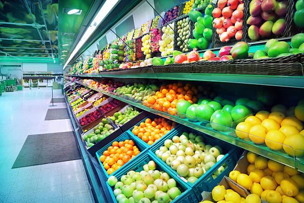 assortimento di frutta in moderno mercato della frutta - bazar mercato foto e immagini stock