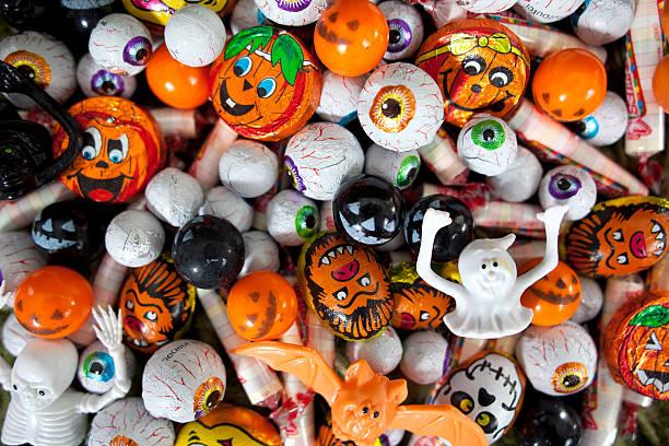 ассорти конфеты на хеллоуин - halloween candy стоковые фото и изображения