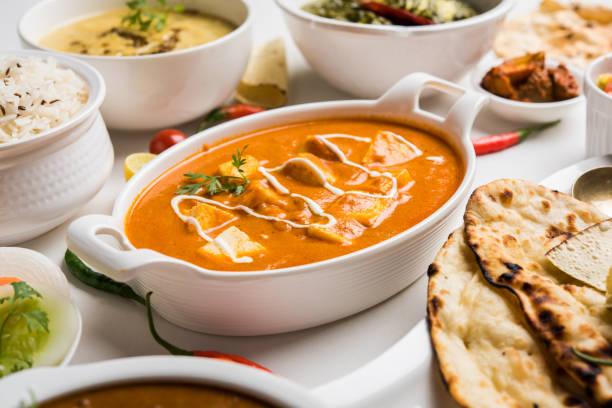Verschiedene indische Küche für Mittag- oder Abendessen, Reis, Linsen, Paneer, dal Makhani, Naan, Chutney, Gewürze über stimmungsvolle Hintergrund. selektiven Fokus – Foto