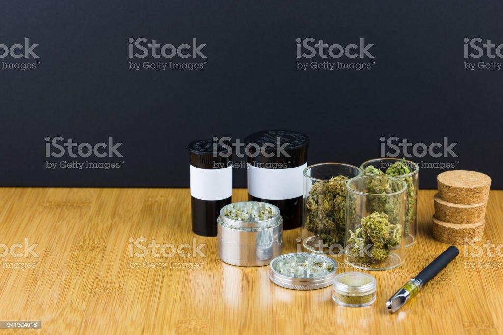 Marihuana medicinal surtida en frascos de vidrio - foto de stock