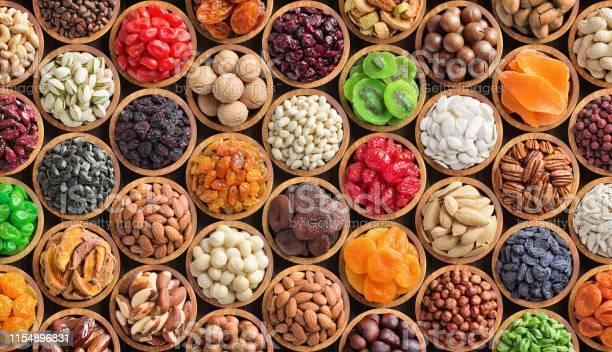 Geassorteerde Noten En Gedroogde Vruchten Achtergrond Biologisch Voedsel In Houten Kommen Bovenaanzicht Stockfoto en meer beelden van Abrikoos