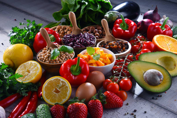 Verschiedene Bio-Lebensmittel auf dem Tisch – Foto