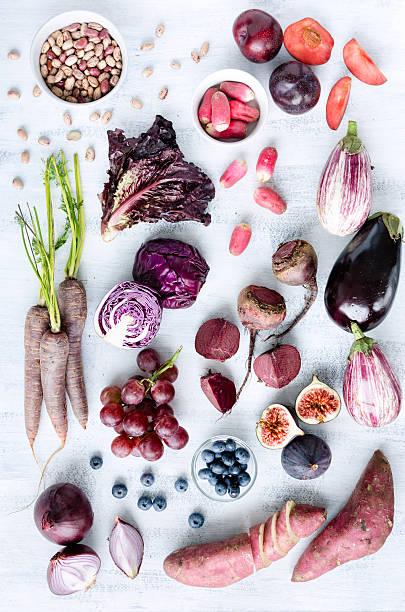 verschiedene lila gehaltene obst und gemüse wie eine kollektion - lila palette stock-fotos und bilder