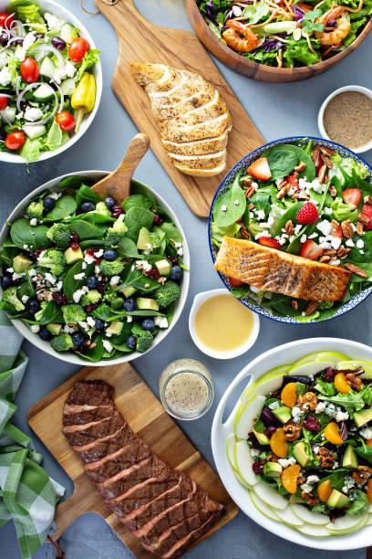 餐桌上的各類沙拉 - 沙律碗 個照片及圖片檔
