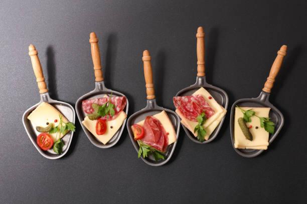 assortiment de cuillère de fromage à raclette - raclette photos et images de collection