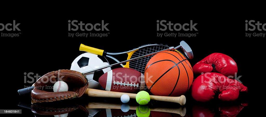 Attrezzature sportive assortiti su nero - foto stock