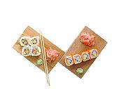 わさび、生姜のピクルスと箸、木製のブロックの寿司巻き寿司