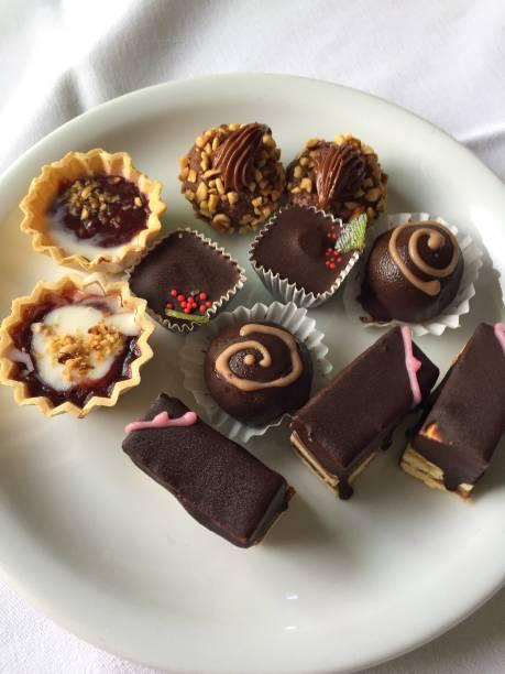 verschiedene süßigkeiten - schokoladen trüffeltorte stock-fotos und bilder