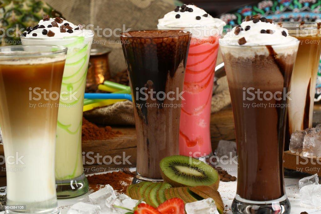 Variedade de sucos, bebidas, bebidas variedade coleção - café gelado, café com leite, Milk-shake, suco, suco de fruta - Foto de stock de Abacaxi royalty-free