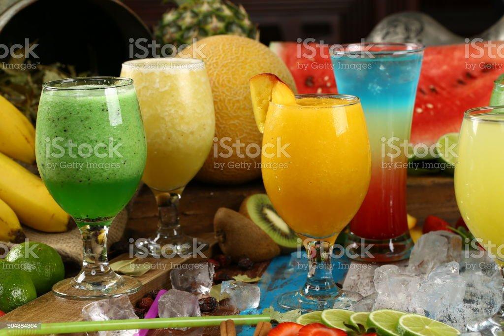 Assortiment sappen, dranken dranken diverse collectie - ijskoffie, Cafe Latte, Milkshake, Fruit SAP, Smoothie - Royalty-free Aardbei Stockfoto