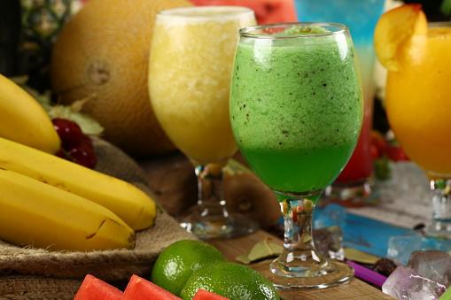 Assortiment Sappen Dranken Dranken Diverse Collectie Ijskoffie Cafe Latte Milkshake Fruit Sap Smoothie Stockfoto en meer beelden van Aardbei