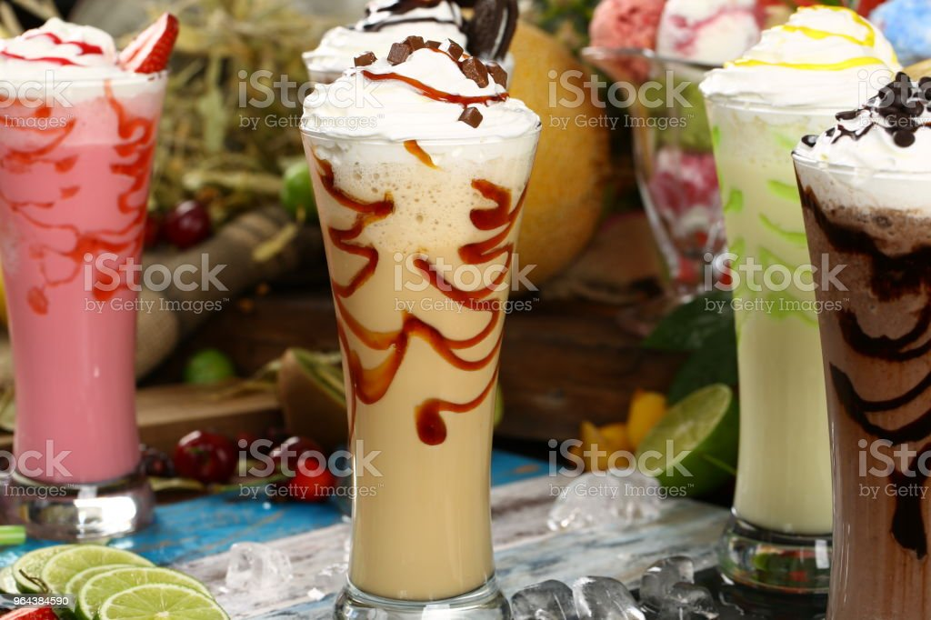 Assortiment sappen, dranken dranken diverse collectie - ijskoffie, Cafe Latte, Milkshake, Fruit SAP, Smoothie - Royalty-free Aardbei Stockfoto