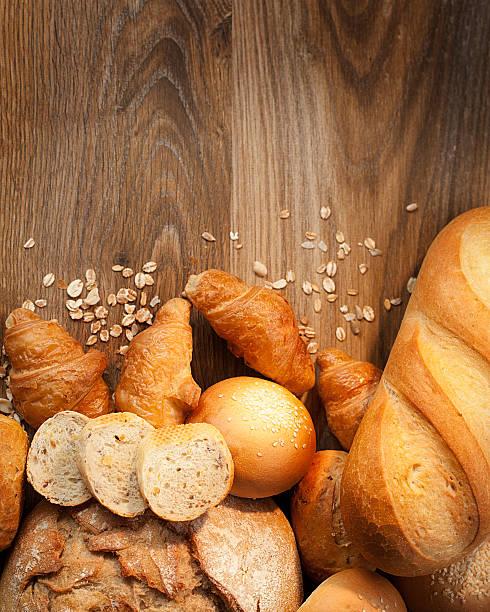 Sortiment von gebackenem Brot auf Holztisch – Foto