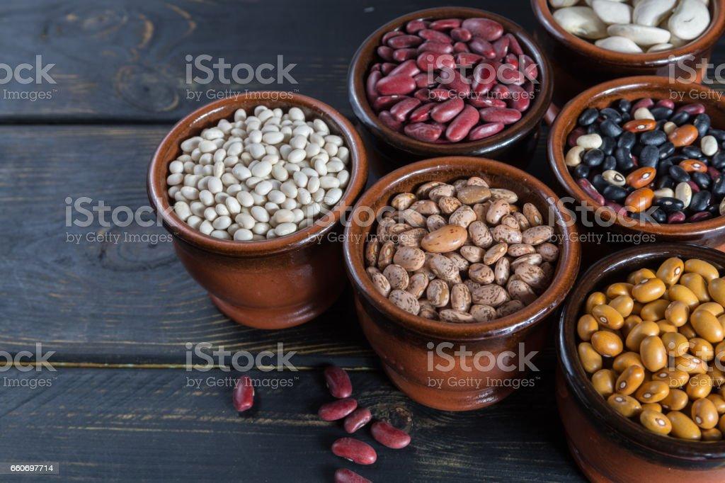 Auswahl der Bohnen auf hölzernen Hintergrund. Sojabohnen, rote Kidney-Bohnen, schwarze Bohnen, weiße Bohnen, rote Bohnen und braune Bohnen – Foto