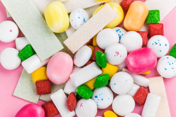assortiment van kauwgom - kauwgom stockfoto's en -beelden