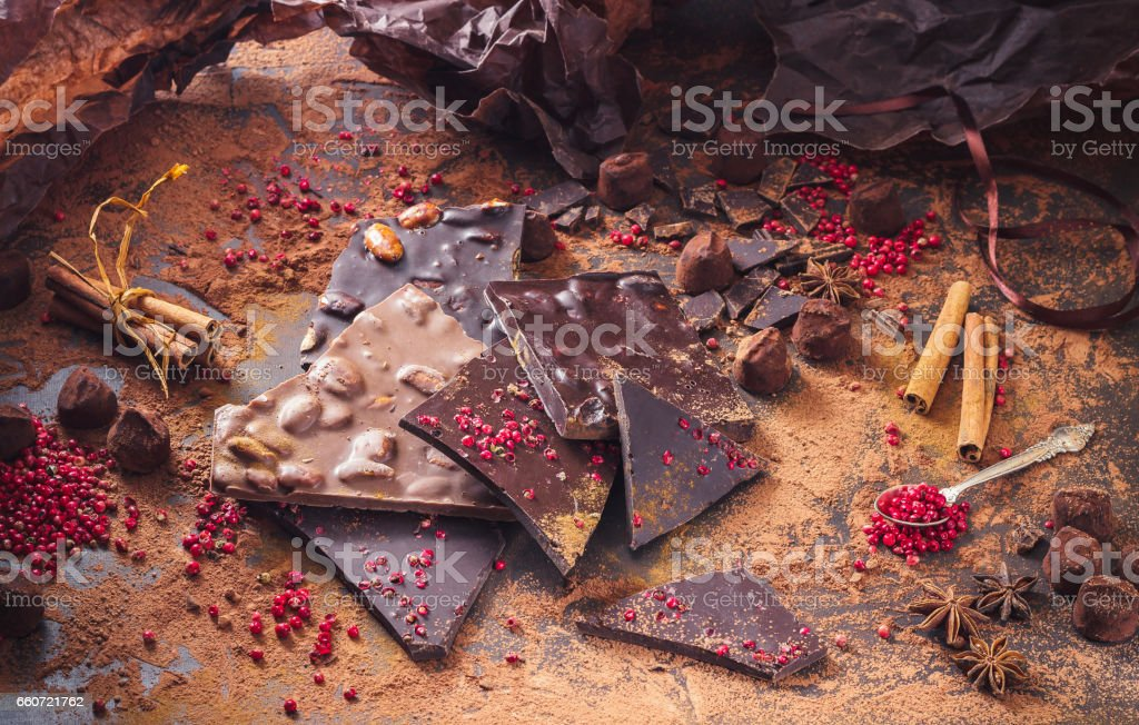 Assortiment de tablettes de chocolat, truffes, épices et cacao en poudre - Photo