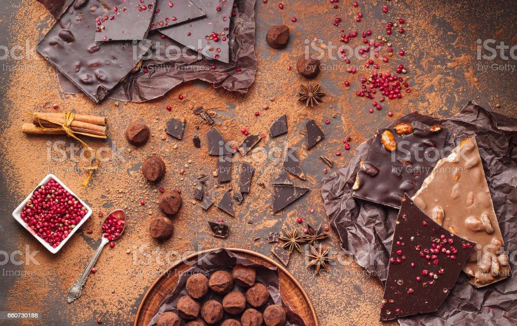 Variedade de barras de chocolate, trufas, especiarias e cacau em pó - foto de acervo