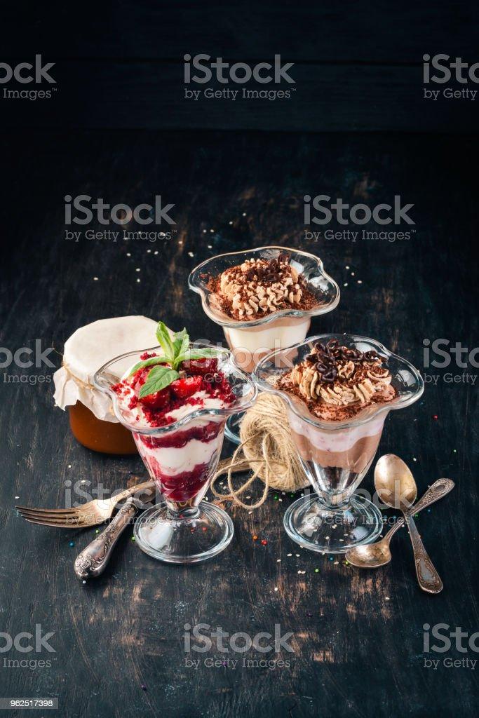 Variedade de sobremesas de chocolate baga. Sobre um fundo de madeira. Vista superior. Copie o espaço. - Foto de stock de Assado no Forno royalty-free