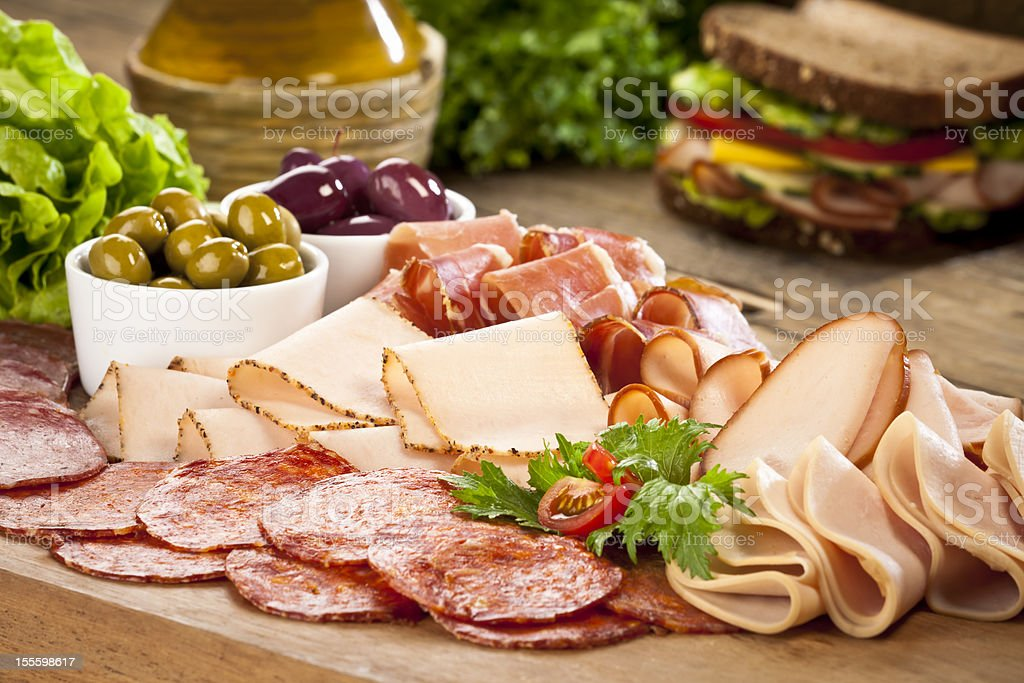 Surtido de aperitivos fríos muestra en la mesa de madera rústica - foto de stock