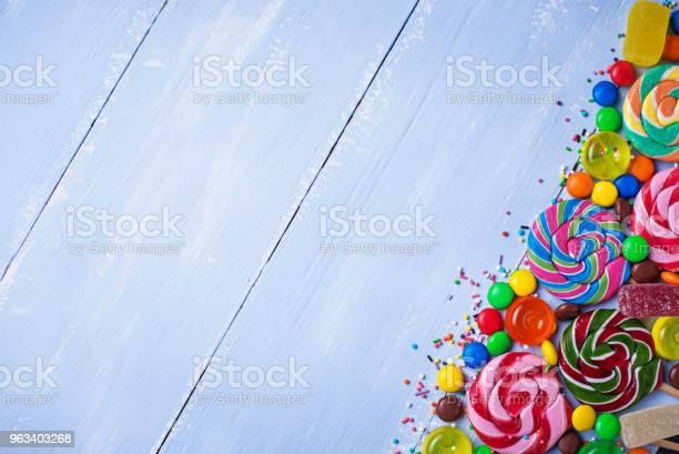 Asortyment Kolorowych Cukierków I Lizaków - zdjęcia stockowe i więcej obrazów Bez ludzi